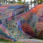 Olek, alligator recouvert de crochet