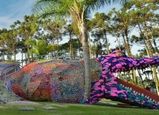 Olek, alligator recouvert de crochet