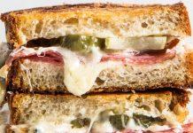 Sandwich, pastrami, cornichons et fromage