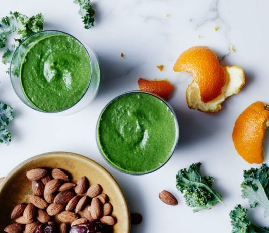 Smoothie, kale, bananes et amandes