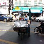 Recette authentique de bananes frites thaï à la coco et aux graines de sésame Tapioca, farine de riz, noix de coco, beignets croquants. Nourriture asiatique typique, street food thailandaise Copyright Moon_Artistik
