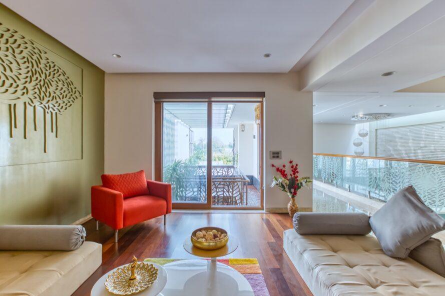 canapé blanc et chaise rouge dans le salon blanc et vert
