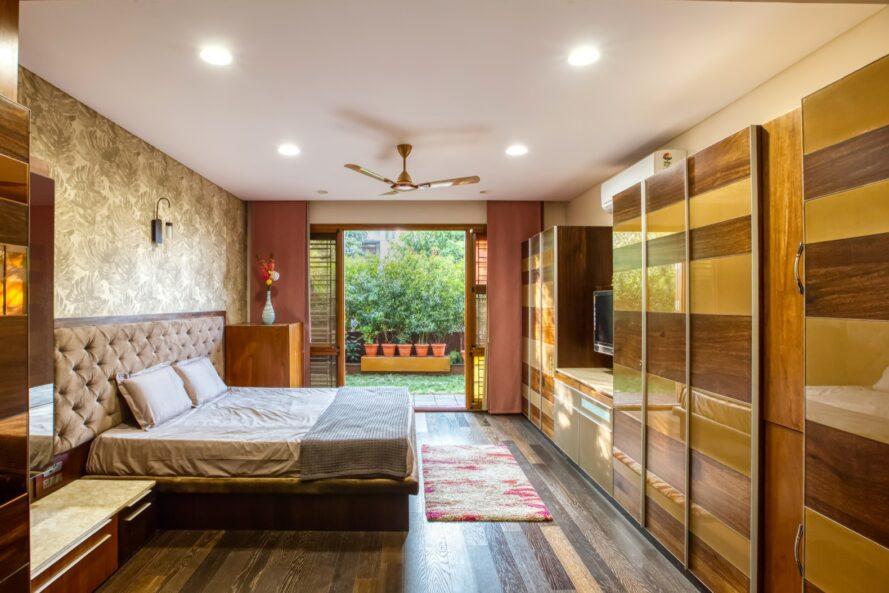 grand lit près des portes vitrées ouvertes