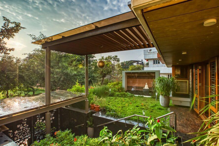 terrasse couverte remplie de plantes