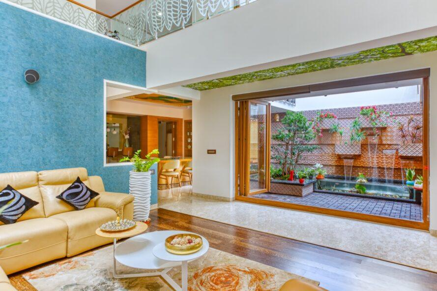 salon avec murs bleus et blancs et canapé jaune