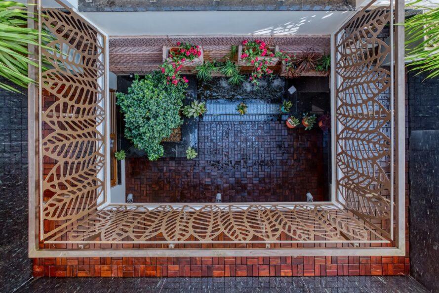 vue aérienne de la cour de brique remplie de plantes