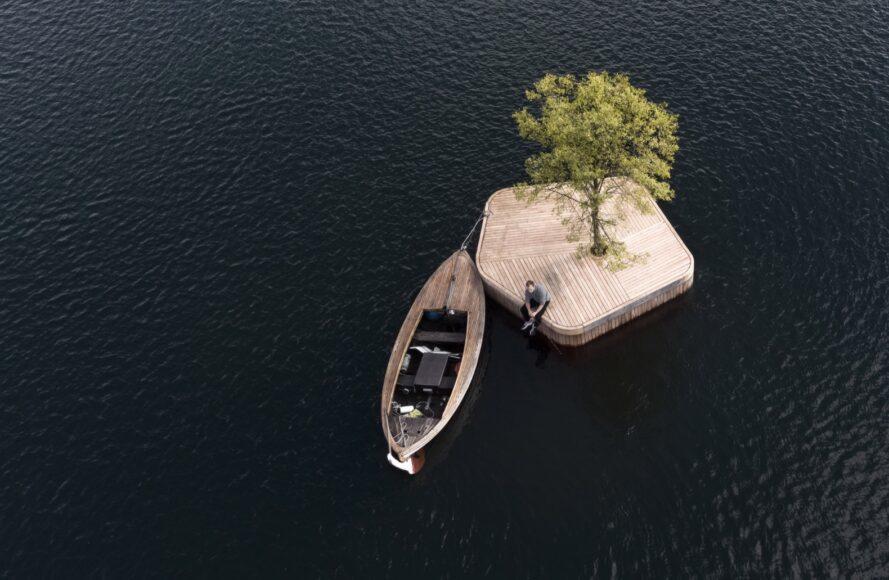 bateau près d'une plate-forme flottante en bois