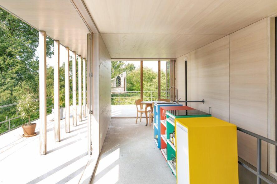 armoires colorées contre un mur en bois clair