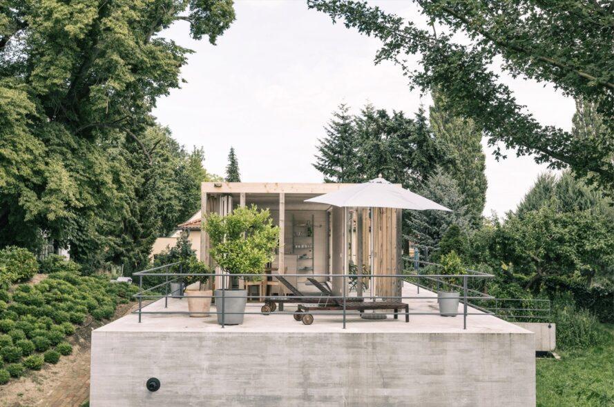 Meubles de patio et plante en pot sur un pavillon sur le toit