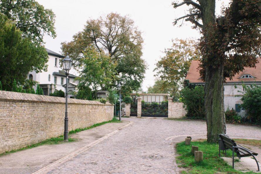 long chemin menant à une maison en béton