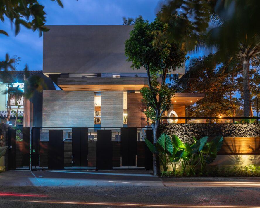 photo nocturne de la façade d'une maison éclairée de l'intérieur