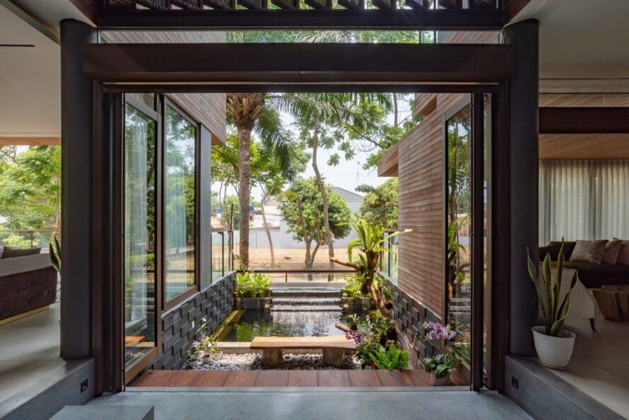 vue sur une cour verte depuis l'intérieur de la maison