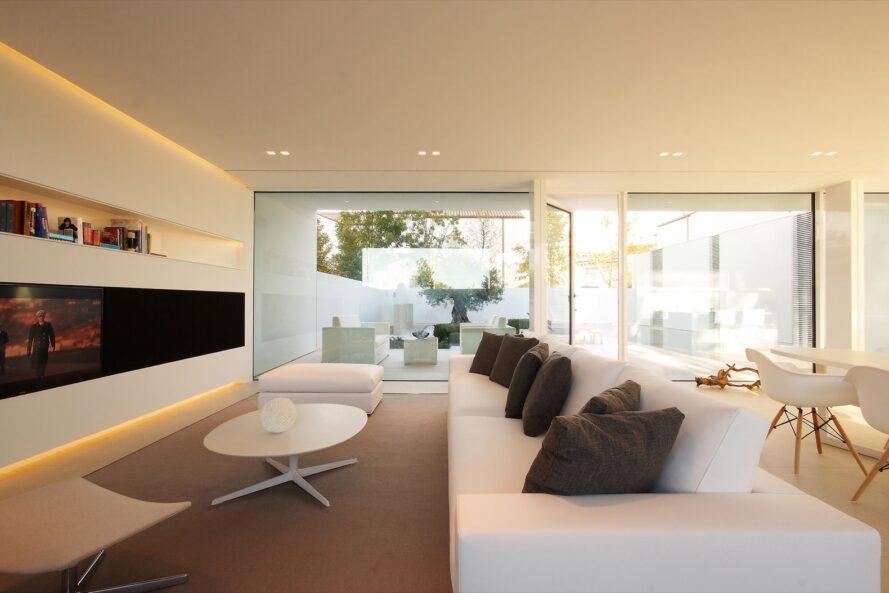 canapé blanc avec des oreillers gris et une table basse blanche