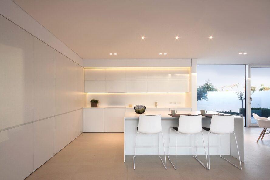 cuisine avec armoires et comptoirs blancs