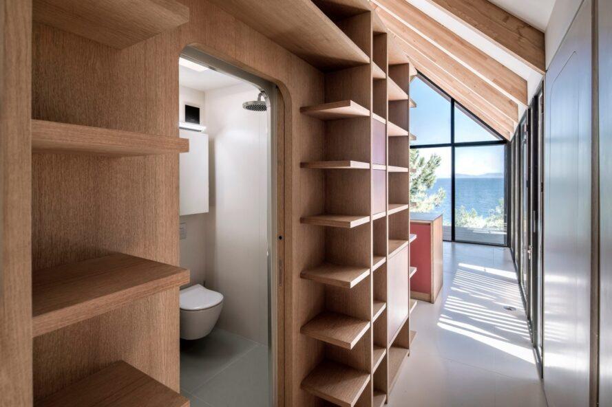 espace de vie intérieur avec étagères en bois naturel