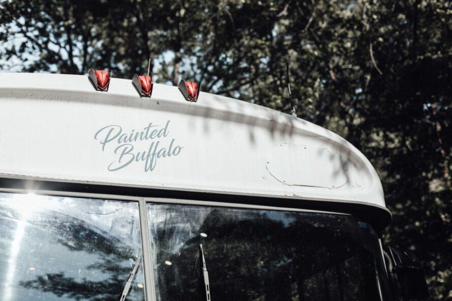 Autobus scolaire avec libellé «Buffalo peint»