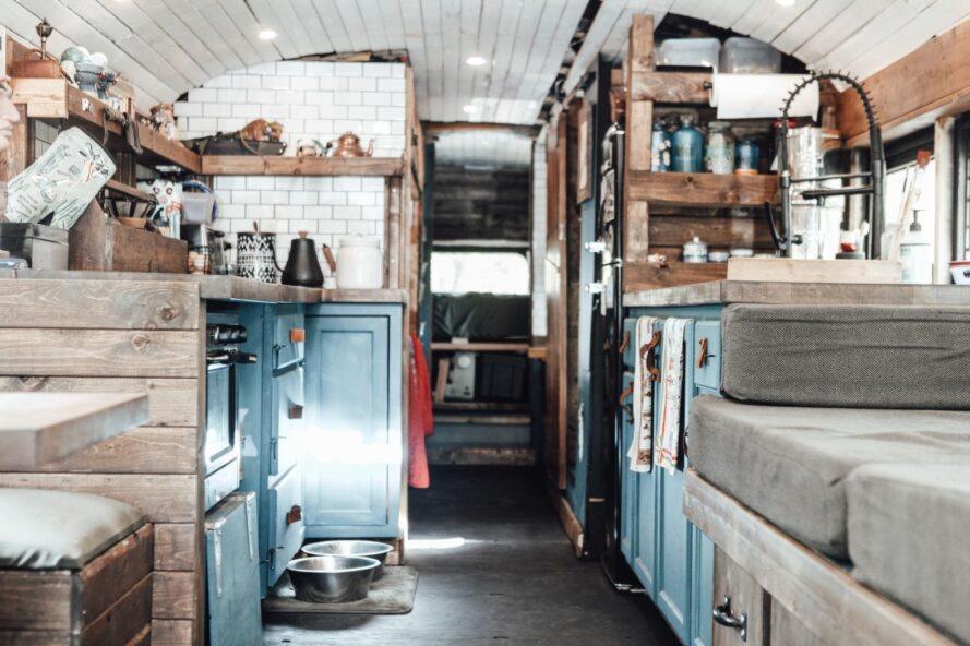 coin cuisine avec carreaux blancs et armoires bleu sarcelle