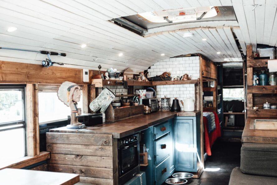 comptoirs de bloc de boucher et armoires sarcelle dans une petite cuisine