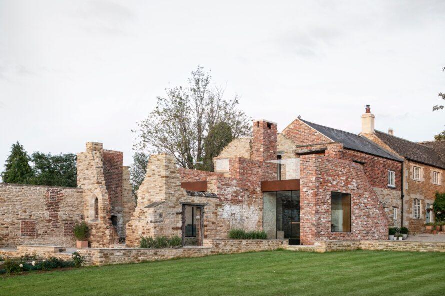 structure en brique basse avec des caractéristiques modernes en verre et en métal