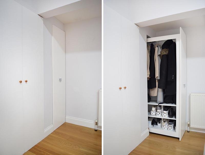 À l'intérieur de cette maison rénovée, il y a une petite entrée étroite, où le concepteur a intégré une armoire coulissante qui serait facile à utiliser et aurait suffisamment de capacité pour plusieurs manteaux et chaussures dans sa zone inférieure. #CoatCloset #EntrywayCloset #PullOutCloset