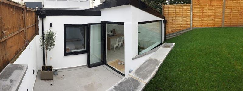 Pour relier l'extérieur à l'intérieur, les concepteurs ont inclus des portes pliantes entre le patio et la salle à manger. #Portes-fenêtres