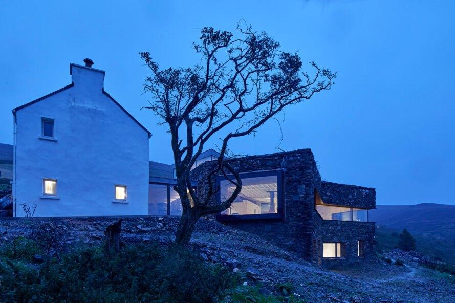 maison en pierre sur une colline au crépuscule
