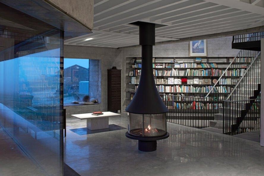cheminée noire dans la chambre avec des étagères du sol au plafond