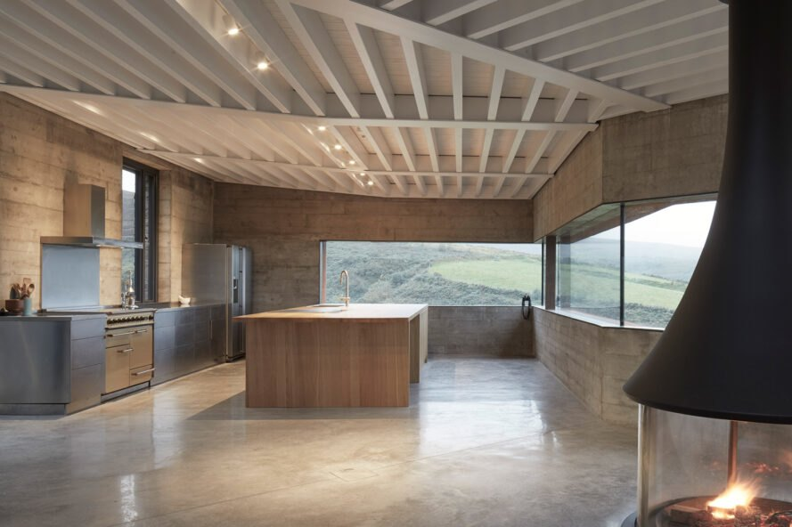 cuisine avec armoires en bois clair et fenêtres longues et étroites