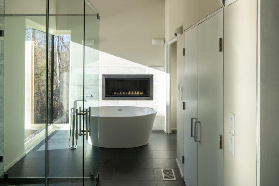 grande salle de bain avec baignoire îlot