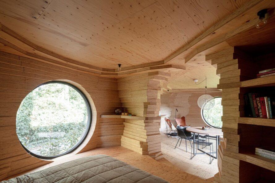 chambre avec grande fenêtre ronde