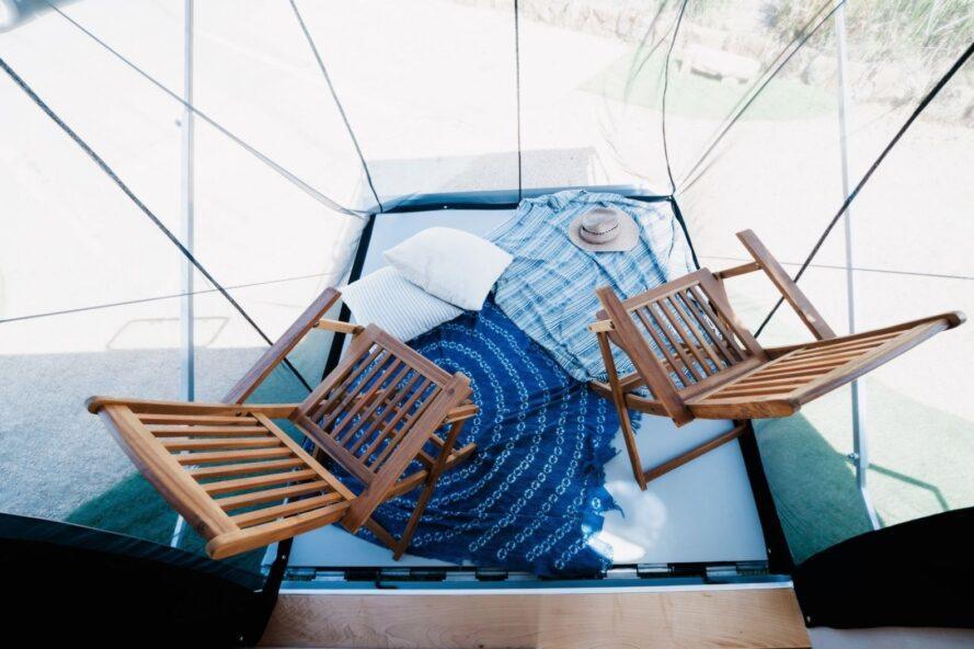 vue aérienne du petit pont avec deux chaises en bois