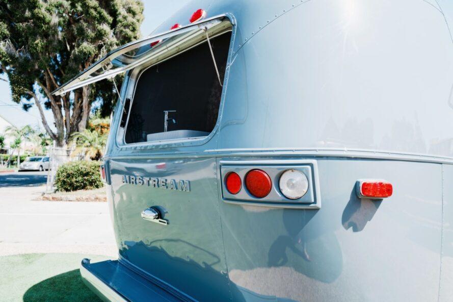 fenêtre ouverte à l'arrière d'Airstream