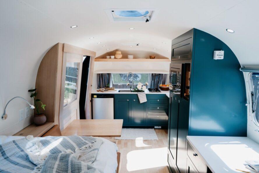 armoires de cuisine vert foncé à l'intérieur d'un Airstream