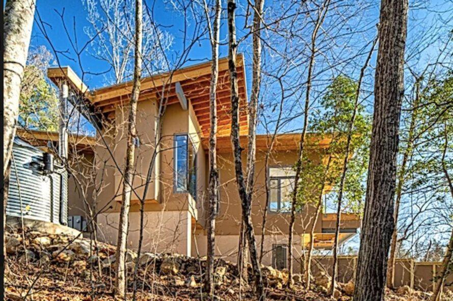 maison en bois avec toits inclinés