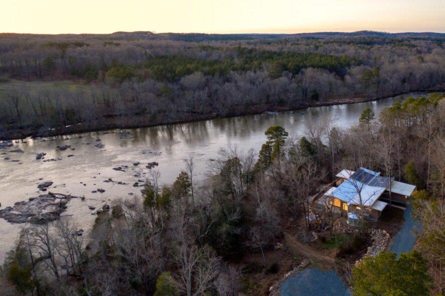 vue aérienne, de, bronzage, maison, côté, a, rivière