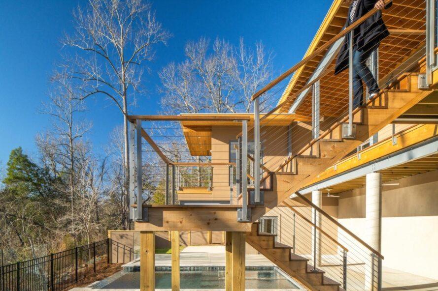 cage d'escalier extérieure menant au deuxième étage de la maison en bois