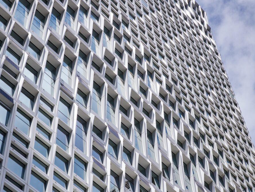 bâtiment en verre avec des panneaux solaires sur la façade