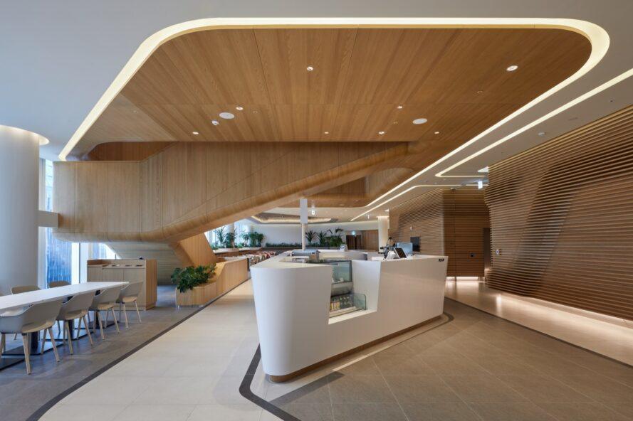 réception blanche dans la chambre avec des plafonds en bois courbés