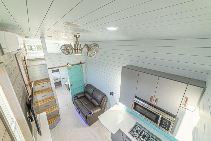 petite maison avec des murs blancs et des accents aqua