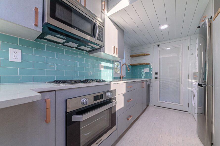 cuisine avec cuisinière complète et micro-ondes et armoires grises