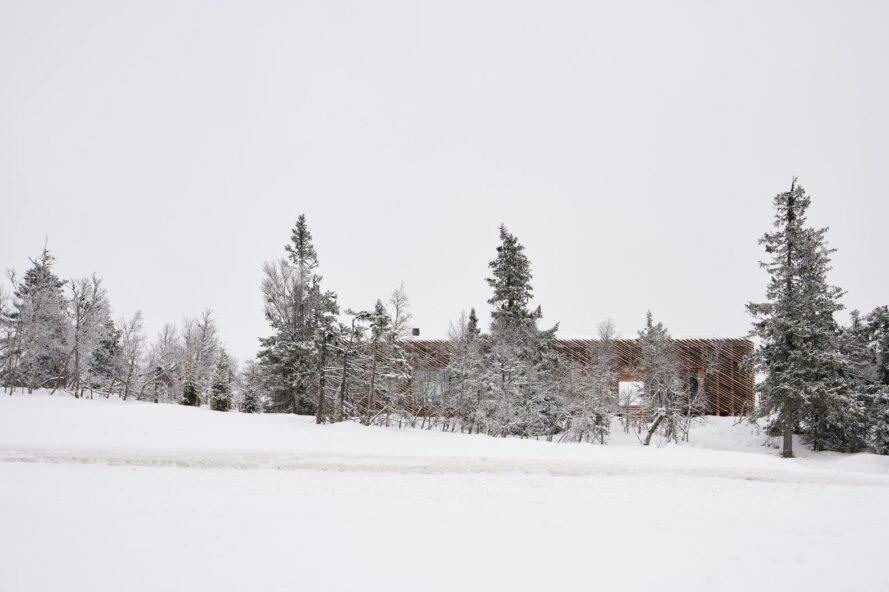 vaste paysage enneigé avec cabine à l'horizon