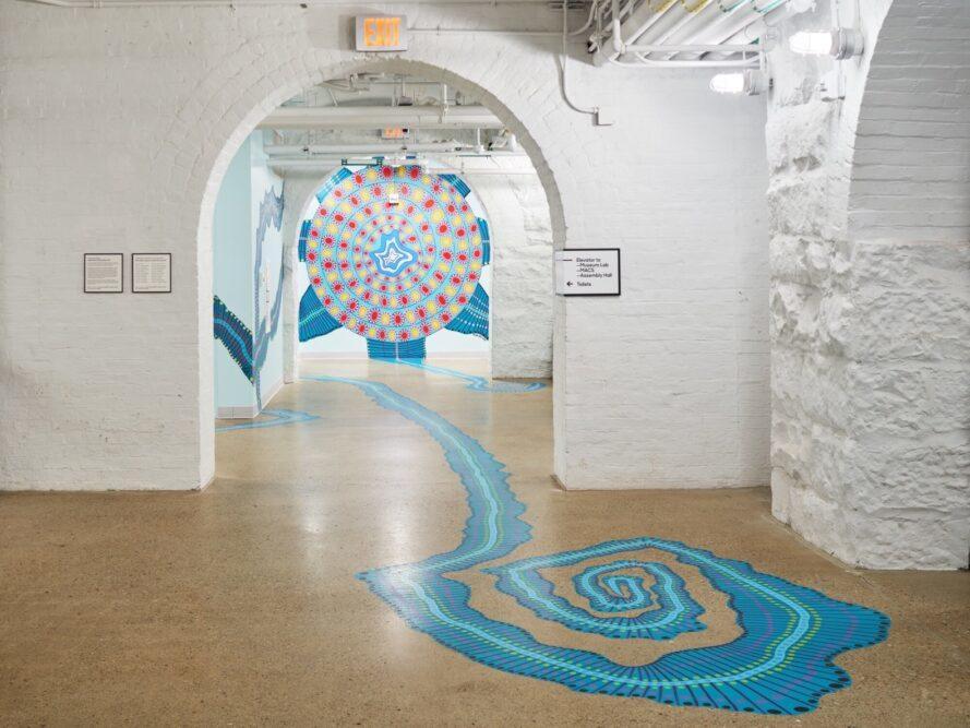 chambre blanche avec portes cintrées et murale bleue ludique sur le sol