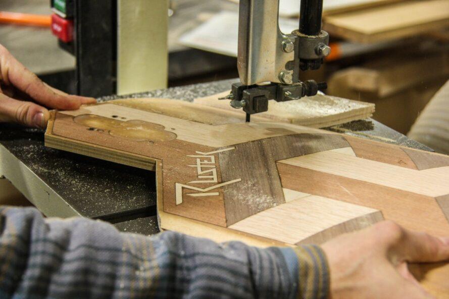 coup de planche à roulettes en bois en cours