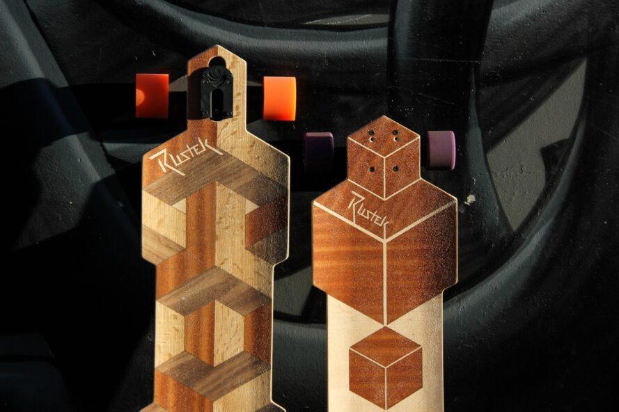 deux planches à roulettes en bois avec différentes couleurs