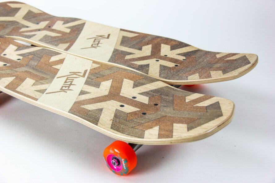 deux planches à roulettes en bois avec roues orange