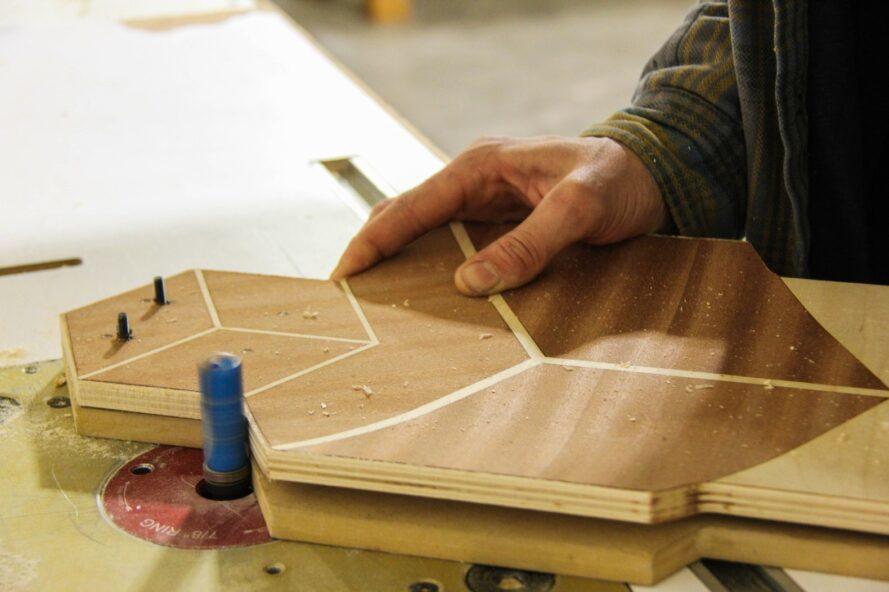 Plan rapproché d'une partie de planche à roulettes en bois
