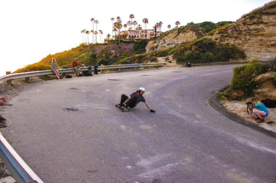 homme monté sur une planche à roulettes autour de la courbe