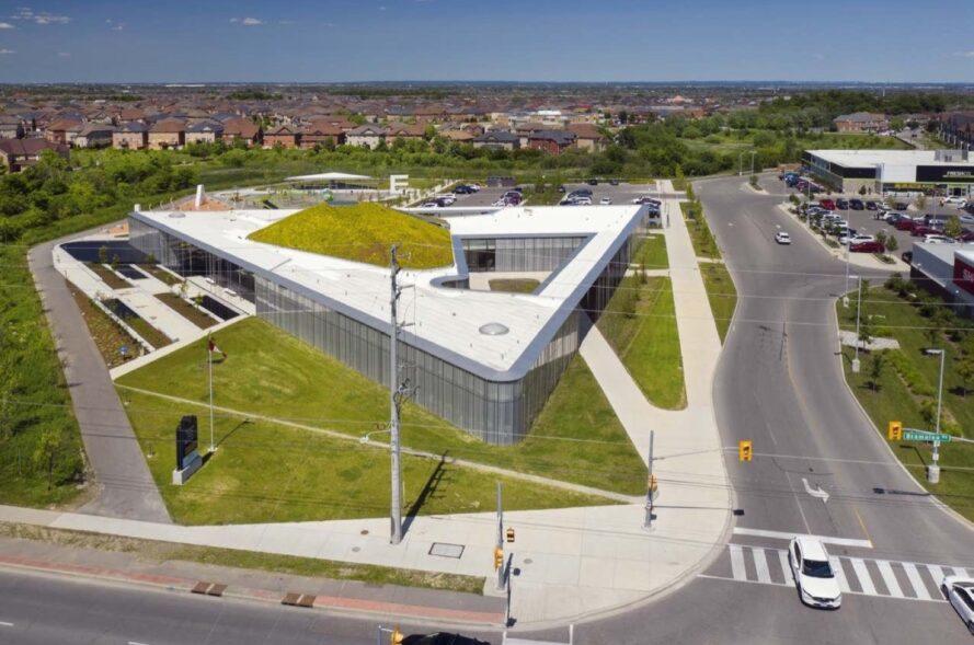 Vue aérienne du bâtiment en forme de triangle avec toit vert vallonné