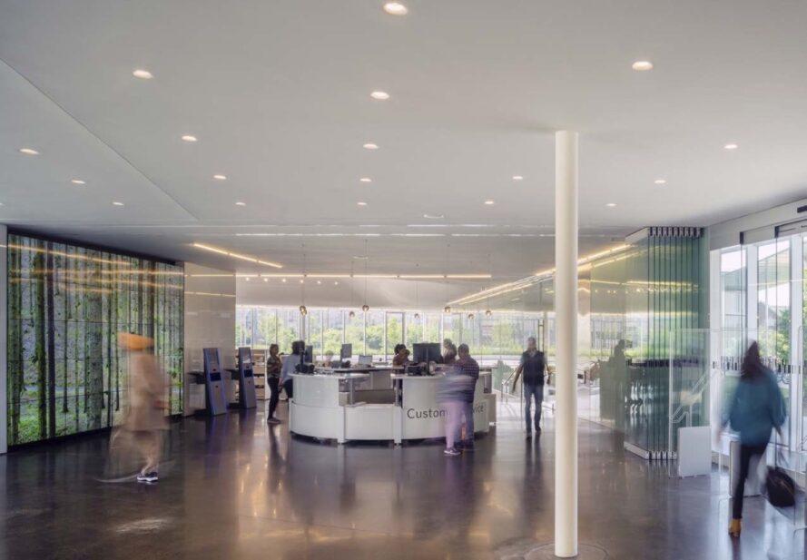 réception ronde dans un bâtiment en verre