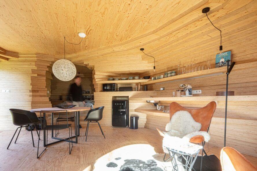 espace intérieur compact recouvert de bois blond
